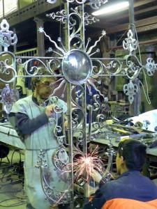 2010-11-05 1крест на купол храма57
